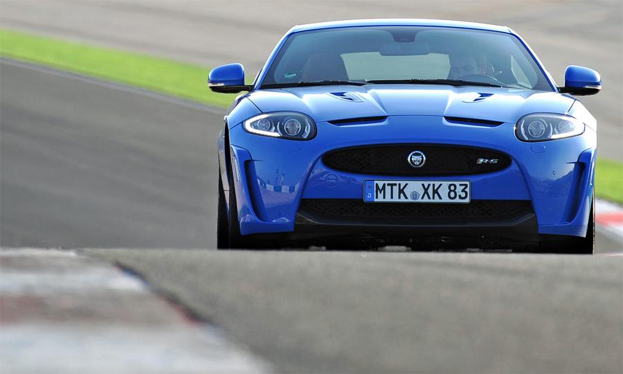 Der neue Jaguar XKR-S erreicht eine Höchstgeschwindigkeit von über 300 km/h.