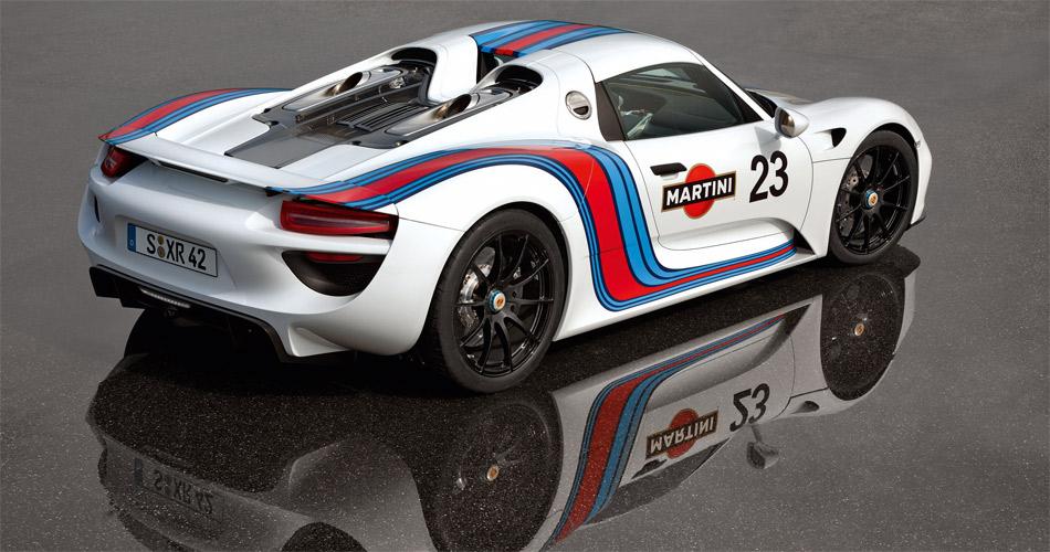 Das in der einstigen Martini Racing-Lackierung präsentierte Modell erinnert stark an die erfolgreichen einstigen Porsche-Sportwagen.