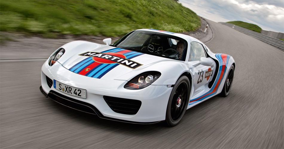 In der Martini Racing-Lackierung erinnert der Porsche 918 Spyder Versuchsträger an eine glorreiche Rennsport-Vergangenheit.