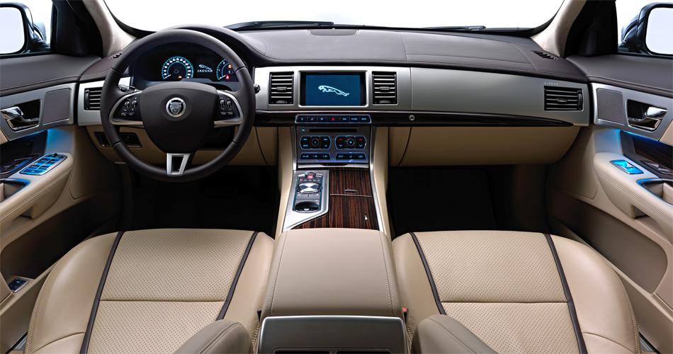 Auch im Innern des Jaguar XF Sportbrake muss man nicht darben: Auch hier ist viel Luxus angesagt.
