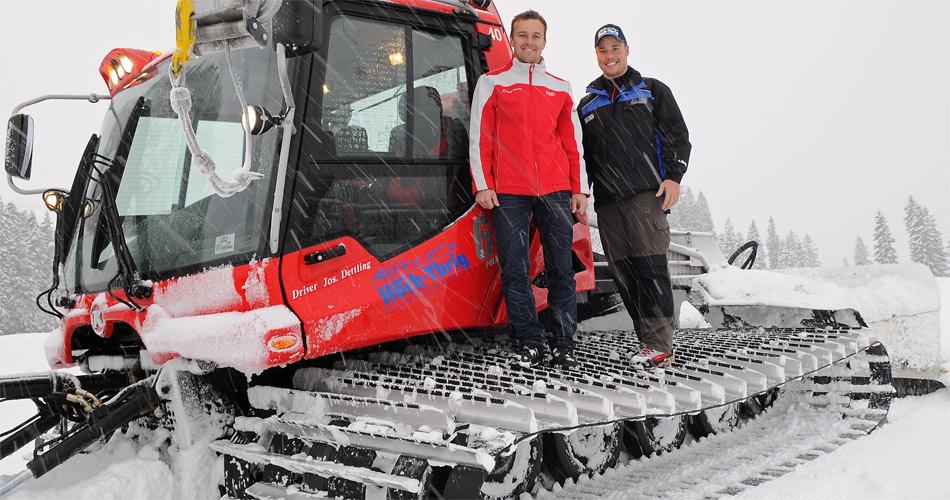 Langstreckenweltmeister Marcel Fässler mit Hoch Ybrid-Juniorchef Urs Keller auf der Pisten Bully-Raupe.