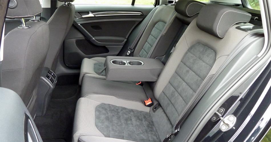 Im neuen VW Golf Variant geniessen auch Fond-Passagiere mehr Beinraum. Die Sitzlehnen lassen sich vom Kofferraum entriegeln.
