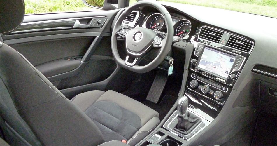 Das moderne Cockpit mit dem grossen Infodisplay entspricht dem bekannten Golf VII.